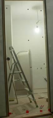 szklane drzwi przesuwne wiszą na swoim miejscu