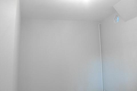 Garderoba: Szare ściany i otwór wentylacyjny - do kuchni