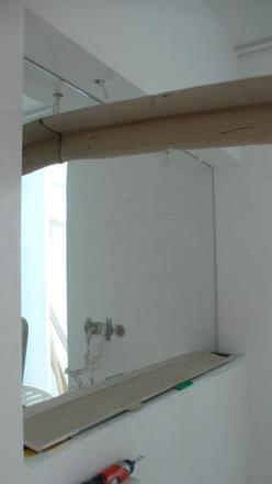 lustro w łazience wklejone na ścianie