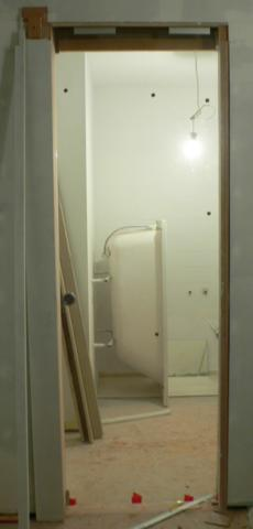 drzwi szklane przesuwne do łazienki zamontowane - widok z kuchni