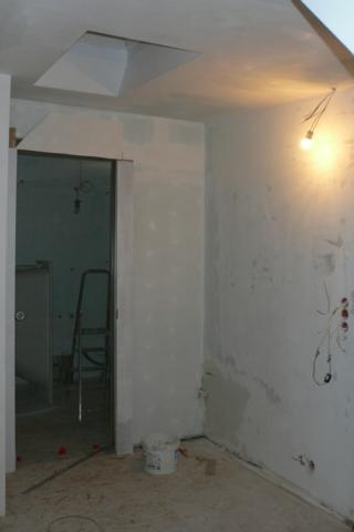 drzwi szklane przesuwne do łazienki zamontowane - widok kuchni na komin
