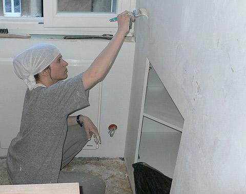 Agata maluje ścianę cerplastem