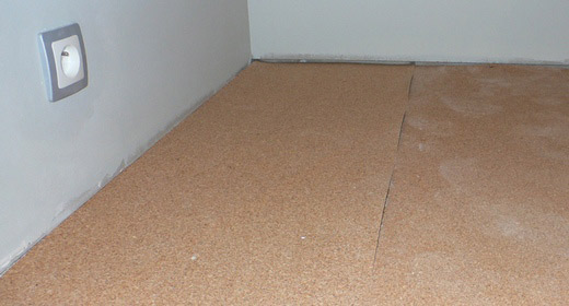 Podłoga w garderobie, podkład pod deski z korka