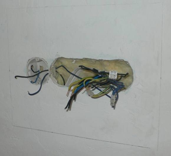 Rozrysowany na ścianie obrys do wycięcia